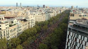 Imatge àeria dels manifestants a Passeig de Gràcia