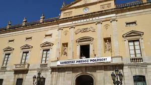 Imatge d'arxiu del moment en el qual es va penjar la pancarta reclamant la «llibertat presos polítics» el passat mes de juliol a l'Ajuntament de Tarragona.