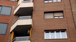 Imatge de detall del balcó del tercer pis del número 12 del carrer Acadèmia de Lleida