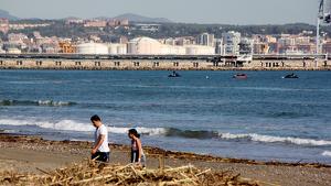 Imatge de dues motos aquàtiques i una llanxa fent cerca de desapareguts al mar, entre el port de Tarragona i la platja de la Pineda