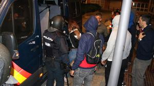 Imatge de la detenció d'una manifestant aquest dijous a la nit a Tarragona.