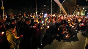 Imatge de la meitat del pont de l'Estat de Tortosa ple de persones amb espelmes durant la concentració pels condemnats