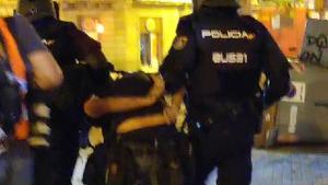 Imatge de la Policia enduent-se detingut el periodista