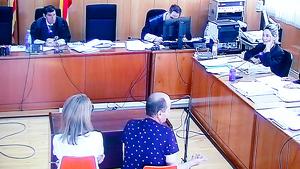 Imatge de l'acusat, d'esquena, amb la presència d'una traductora