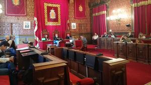 Imatge de les cadires buides dels regidors de Ciutadans i PP durant el ple de rebuig, a l'Ajuntament de Tarragona, a la sentència del Tribunal Suprem.