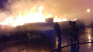 Imatge de l'incendi a l'exterior d'una empresa a Puigpelat