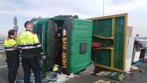 Imatge del camió, després de l'accident a l'N-340