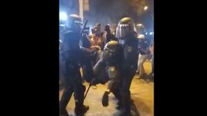 Imatge del policia sent retirat
