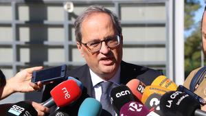 Imatge del president de la Generalitat, Quim Torra, atenent els mitjans de comunicació, després de visitar Carme Forcadell