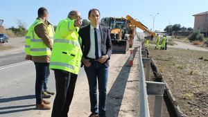 Imatge del subdelegat del govern espanyol a Lleida, José Crespín, visitant les obres de reparació