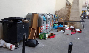 Imatge dels contenidors de l'aparcament de ca la Mateueta de Valls, amb deixalles per fora