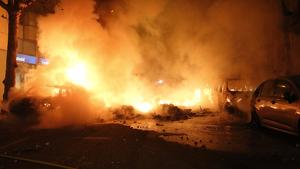 Imatge dels cotxes cremant a Barcelona