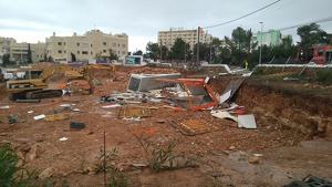 Imatge dels efectes del tornado a una zona d'obres d'Eivissa
