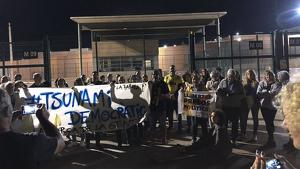 Imatge dels manifestants a l'exterior de Lledoners