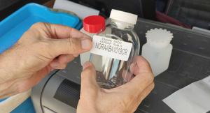 Imatge d'un envàs per analitzar una mostra d'aigua