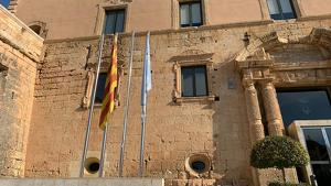 La bandera espanyola ha desaparegut del pal on estava penjada, a la façana de l'Ajuntament de Torredembarra.
