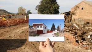 La casa, ara desapareguda per culpa de la riuada a Montblanc, que es trobava al marge del riu Francolí, amb runa, rocs i troncs al fons