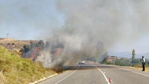 La columna de fum de l'incendi obstaculitzava la circulació per la C-12.