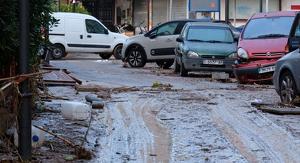 La força de l'aigua es va emportar nombrosos  vehicles que estaven aparcats al carrer de València i els seus voltants.