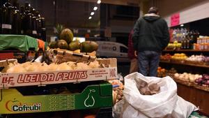La fruiteria on un home va agredir la responasable per vendre fruita catalana
