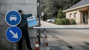 La Guàrdia Civil ha col·locat el cartell de tancat a la valla d'entrada dels cotxes al Valle de los Caidos