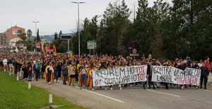 La manifestació al seu pas pels jutjats