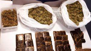 La marihuana i el haixix en plaques que els agents d'USC van trobar a casa del detingut.