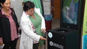 La rectora de la URV, María José Figueras, ha provat el funcionament dels nous contenidors