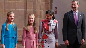 La reina ha acudido al event acompañada de su marido y de sus hijas