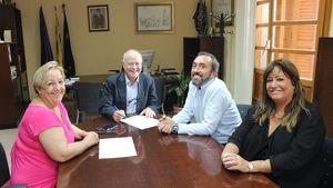L'Ajuntament de Creixell, amb alguns dels integrants del govern, en la signatura de l'acord.