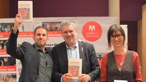 L'alcalde de Tarragona, Pau Ricomà, acompanyat de l'autor, Jaume C. Pons Alorda, i la responsable d'Angle Editorial.