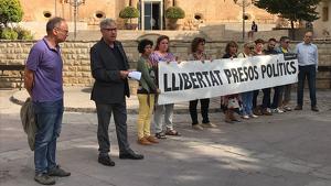 L'alcalde de Torredembarra, Eduard Rovira, va sortir a protestar per la sentència als presos.