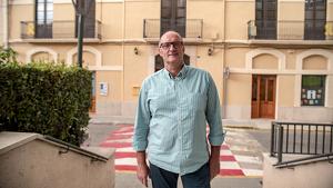 L'alcalde de Vila-rodona, Ramon M. Bricollé davant de l'Ajuntament.