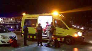 L'ambulància del SEM atenent els joves al Port de la Selva