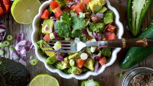 Las ensaladas con palta son platos sanos, ricos y nutritivos.
