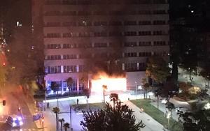L'entrada de l'edifici d'Hisenda a Lleida, en flames.