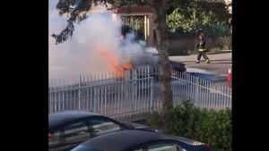 Les flames han devorat el vehicle en un polígon industrial