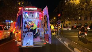 Los equipos de emergencias de Madrid atendiendo al ciclista herido en Quevedo