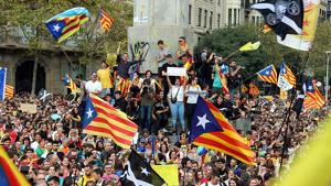 Manifestants a l'alçada de la Plaça Cinc d'Oros