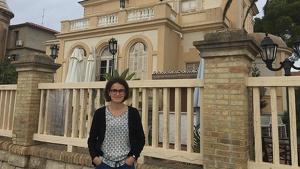 Mélanie Chaluleau, davant la Villa Buenaventura de Coma-ruga.