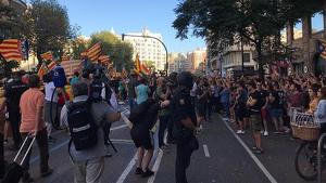 Moment de tensió entre manifestants en el carrer de Xàtiva