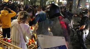 Mossos d'Esquadra que protegeixen la subdelegació del govern espanyol a Lleida