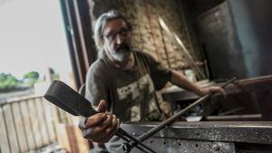 Paco Ramos és dels últims artesans que treballa el vidre bufat