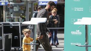 Piqué i el seu fill Sasha durant una promoció