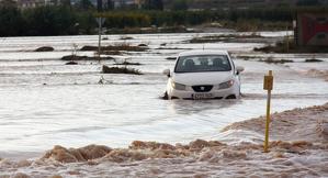 Pla de detall d'un cotxe atrapat enmig de les inundacions causades pel temporal a la zona de Fondarella
