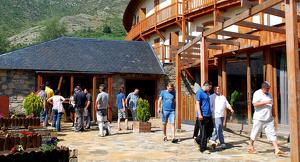 Pla general de l'entrada d'un dels restaurants del Resort del Pla de l'Ermita a Boí Taüll