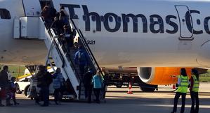 Pla general on es poden veure passatgers britànics pujant a un avió de Thomas Cook a l'aeroport de Lleida-Alguaire