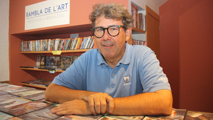 Pla mitjà del gerent del cinema Rambla de l'Art de Cambrils, Toni Badimon, a la zona de videoclub de l'establiment