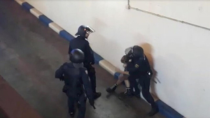 Policies reduint manifestant independentista en València