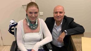 Rachel Pighills con el doctor Gilete en su clínica de Barcelona